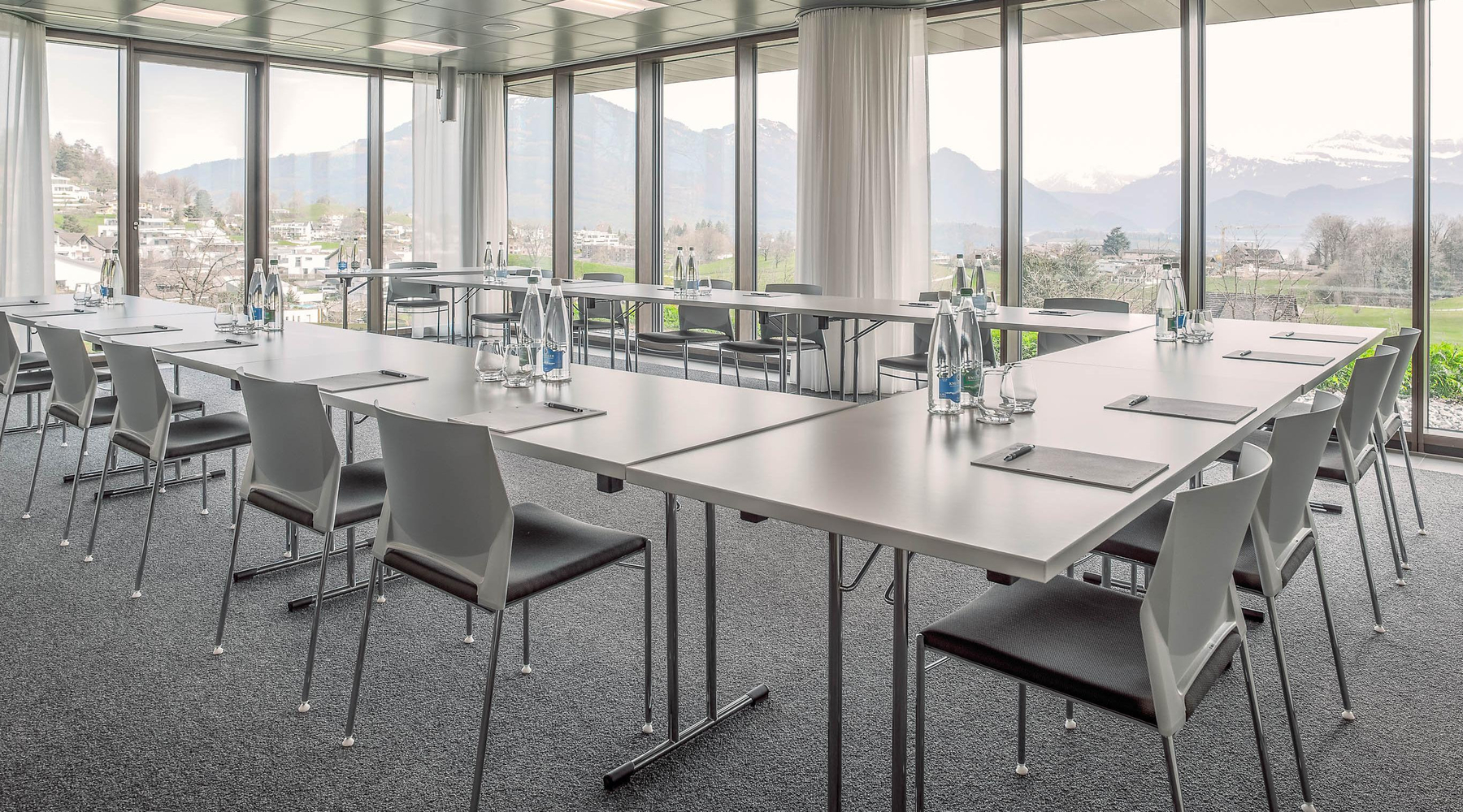 <span class='cycle-icon MEETINGS'></span><span class='cycle-title'>MEETINGS</span><span class='cycle-subtitle'>The modern seminar rooms offer the best conditions for successful seminars, meetings and presentations</span>